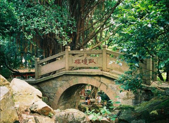 ▲烟台山公园卧琼桥。池志海 摄