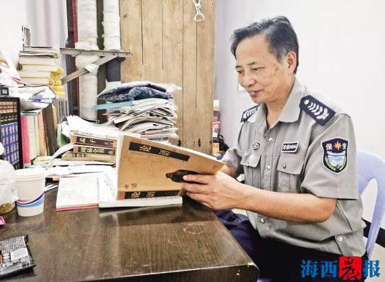杨贵宝在读《论语》。记者 黄伊娜 摄