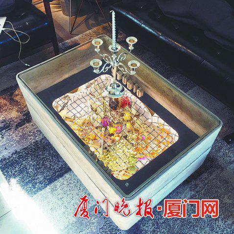 ▲杨龙潭设计的水泥灯箱。