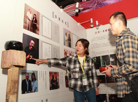 漆里艺术营展位吸引访客关注(央广网发 供图)