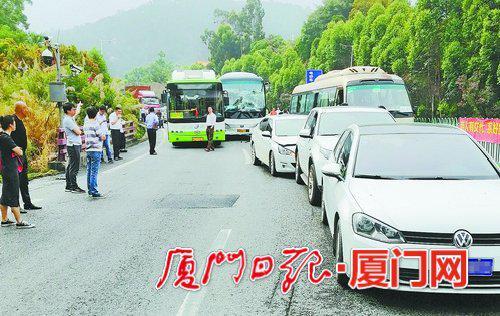 事故造成两条车道上十余辆车发生连环碰撞,车辆不同程度受损。