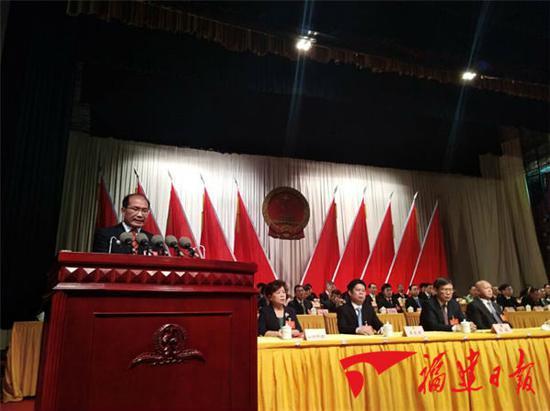 泉州新市长王永礼向泉州市人大代表发表就职表态讲话(刘益清摄)