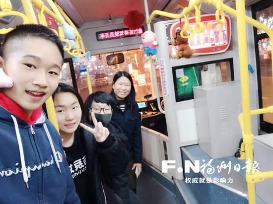 公交司机陈丽冰和三名中学生合影留念,图片由陈丽冰提供。
