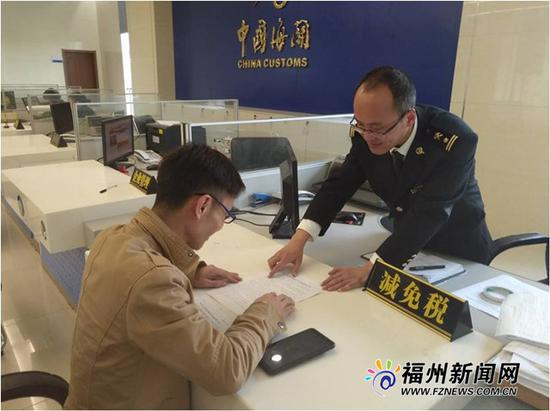 榕城海关关员按照新的增值税政策为企业办理业务。
