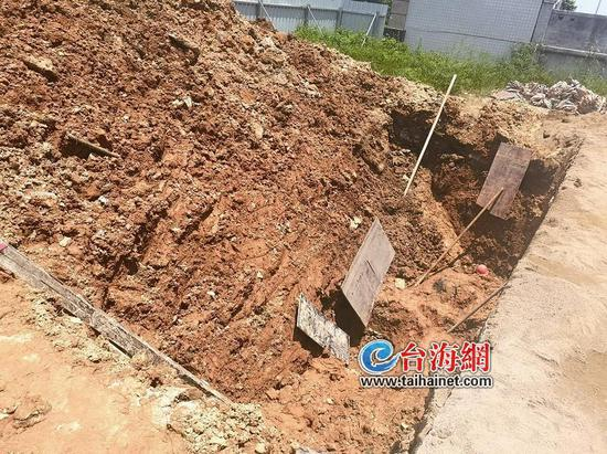 ▲发生塌方埋人的5米深坑