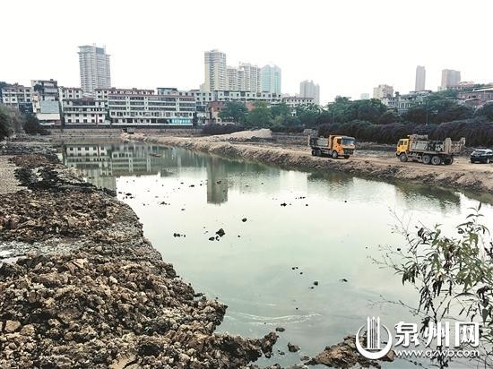 施工人员正在对柳湖进行清淤