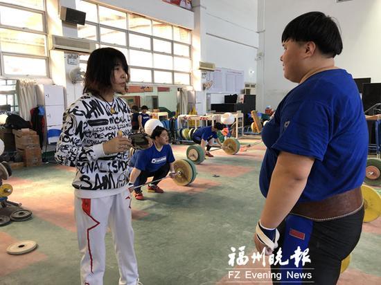 关咏梅(左一)在福州指导队员训练(资料图)。