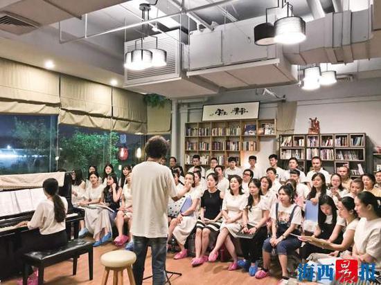 A萌闽南语合唱团正在排练。记者 雷妤 摄