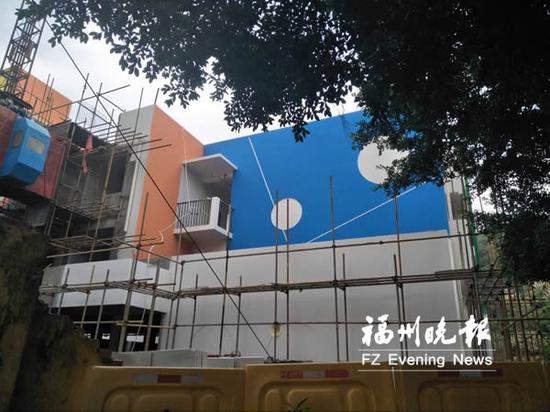 梅花中心幼儿园正在进行外墙装修。