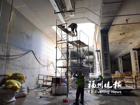 工人在厚庭站组装风管。