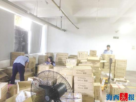 执法人员查处了6000盒未经检验进口化妆品。