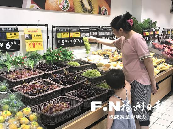 福州超市门店恢复营业后,市民前往购物。