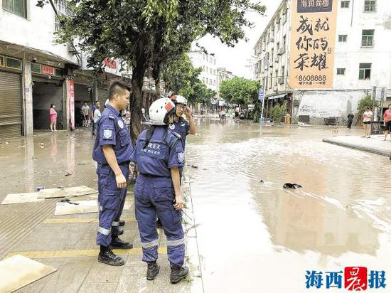 蓝天救援队准备清理路面。救援队供图