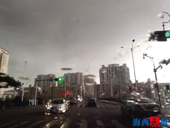 昨日下午厦门岛内普降暴雨,天空乌云翻滚,白天如黑夜一般。记者 陈理杰 摄