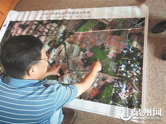 村干部拿出去年的航拍图解释,绿色部分(手指位置)原本就是传统墓区。