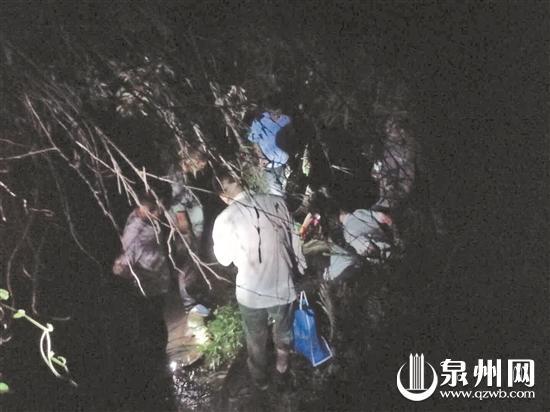 营救人员找到少年,为其喂食水和食物,同时帮他包扎伤口。