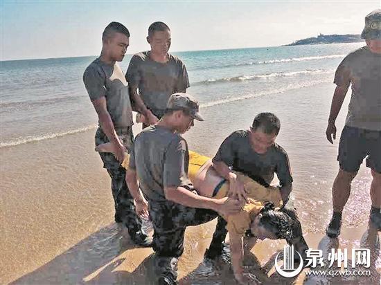 张剑飞(右一)与战友一起救助落水女子