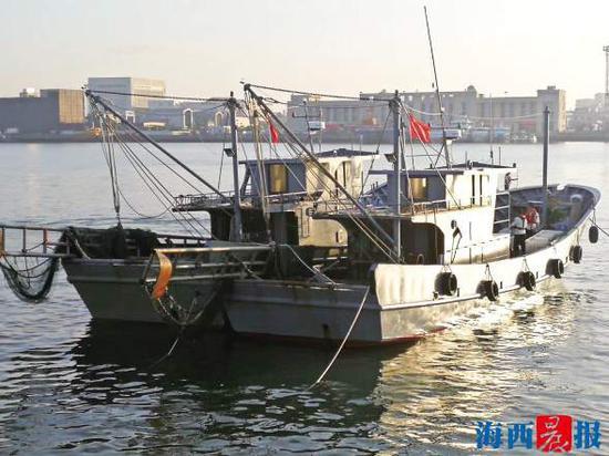 昨日清晨,执法人员对2艘电拖网渔船进行调查。 市海洋综合行政执法支队供图