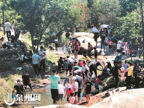昨日,清境桃园旅游度假景区人流量仍然居高不下。(王树帆 摄)