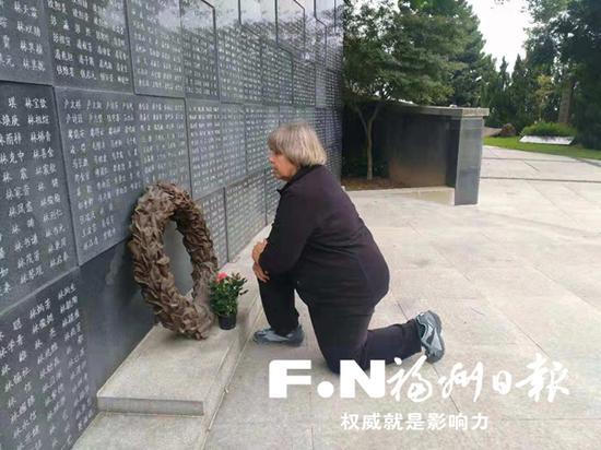 穆言灵敬拜公公和满墙抗日英雄。