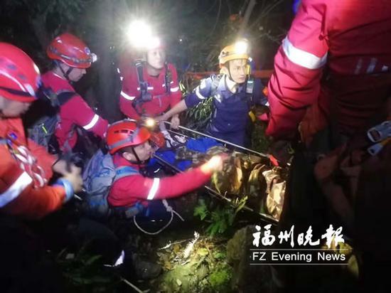 志愿者为受伤驴友闯出一条生命通道。