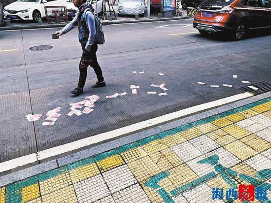现金洒落街头,路人帮忙保护现场。林先生供图