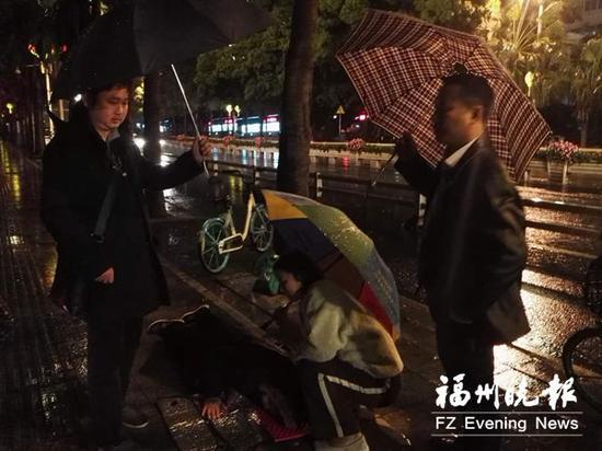 3位好心人守护着老人,从左?#25509;?#20026;蔡先生、赵女士、姚先生。
