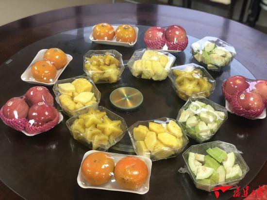 匿名人士为同安消防队员送来3袋水果。