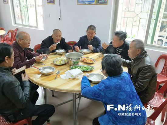 福清城头镇岩兜村老人在村里的新幸福院一起用餐。