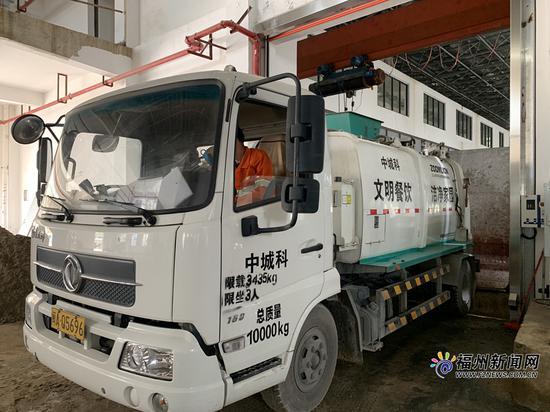 餐厨垃圾车驶入餐厨废弃物处理厂。
