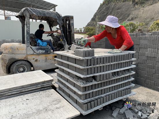 炉渣综合利用厂将垃圾焚烧发电厂的炉渣制作成可利用的砖。
