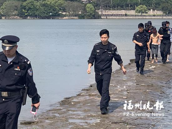 男子被民警劝离现场。