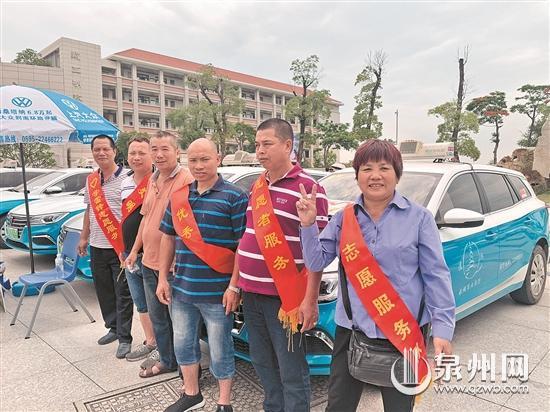 几名出租车志愿者在考点等待接送考生