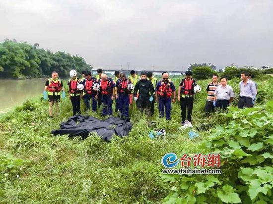 ▲救援队将落水者打捞上岸,不幸的是均已溺亡
