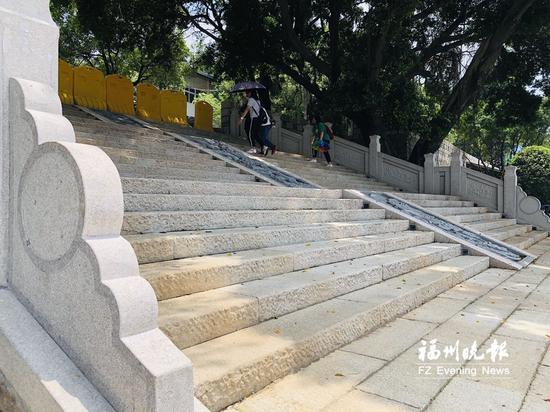 南入口的台阶已完成修复。
