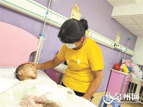 望着病床上的儿子,母亲十分自责。