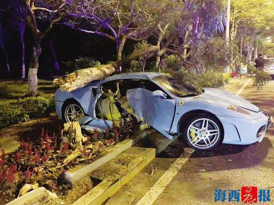 事故现场,车辆后侧车门已撞毁。