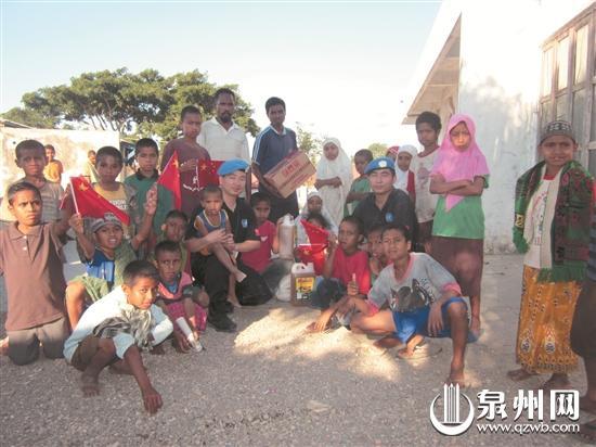 林金龙(靠左边的警察)看望孤儿院的儿童
