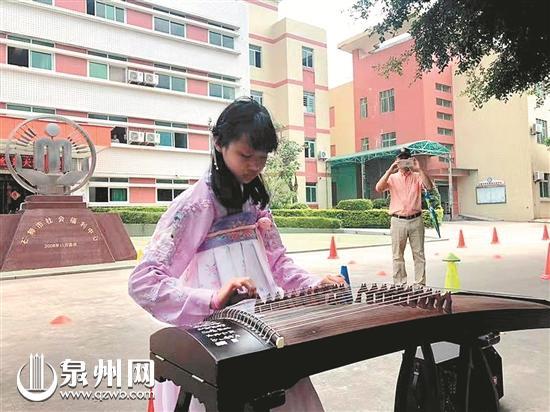 天天为福利院的孤残儿童表演古筝 (夏雄供图)
