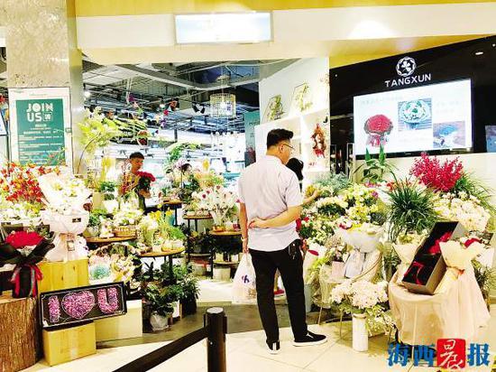 七夕来临,市民纷纷选购鲜花。实习生 李琪 摄