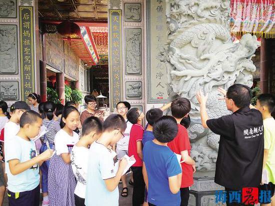 暑期,小朋友来到闽南朝天宫,了解两岸妈祖文化。