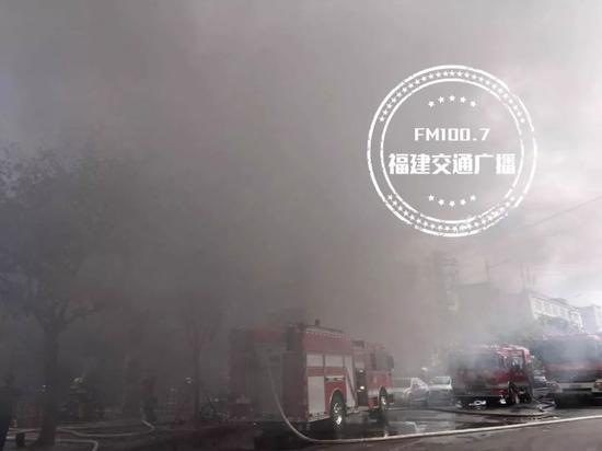 今晨福州一汽车美容店起火 现场浓烟不断