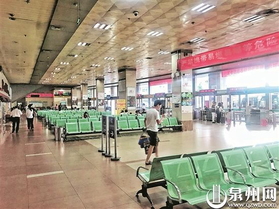 昨日,道路客流量回落,客运中心站候车大厅冷冷清清。