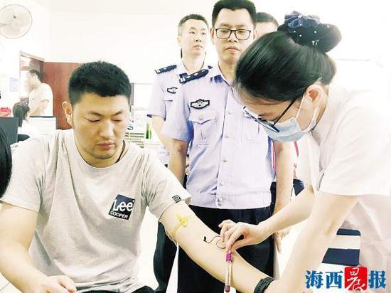 民警和爱心市民排队进行血样采集。