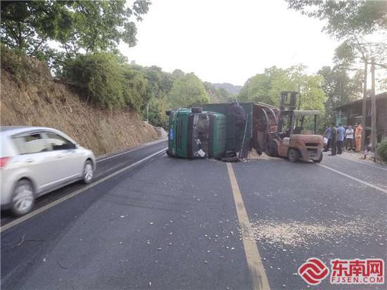 沙縣:一車輛側翻 公路人緊急搶通