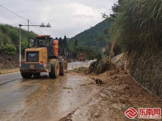 大田:公路上方的水渠突然坍塌 烂泥堆积公路