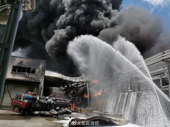火灾已致2人失踪2人受伤 厦漳泉三地消防紧急驰援福建龙岩