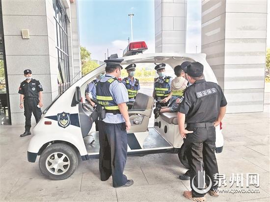 民警将男孩带上巡逻车