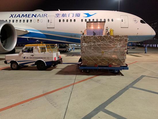 厦门航空工作人员往飞往西班牙巴伦西亚的货运班机上运送防疫物资(2020年5月29日摄)。