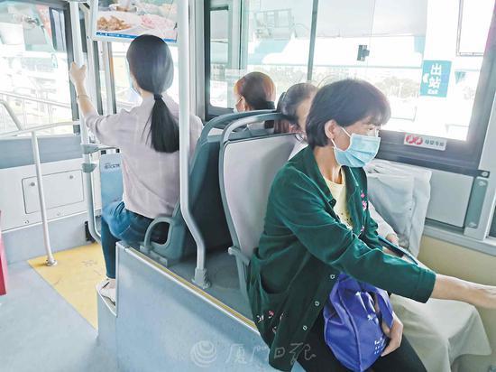 """暖心!厦门新款BRT设""""母婴专座"""",比普通座位宽"""